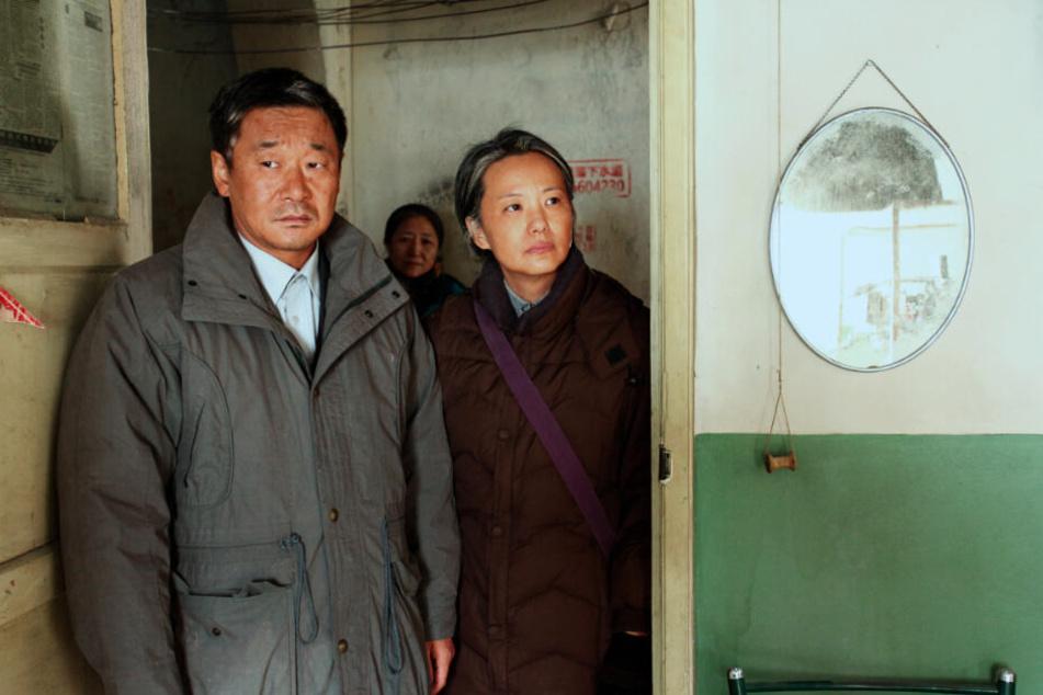 Liu Yaojun (l., Wang Jingchun) und Wang Liyun (r., Yong Mei) kehren viele Jahre nach dem Auszug wieder in ihre Wohnung zurück.