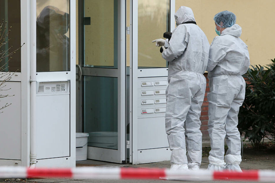 Beamte der Spurensicherung dokumentieren einen Tatort. (Symbolbild)