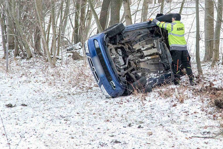 Das Auto blieb auf der Beifahrerseite liegen.