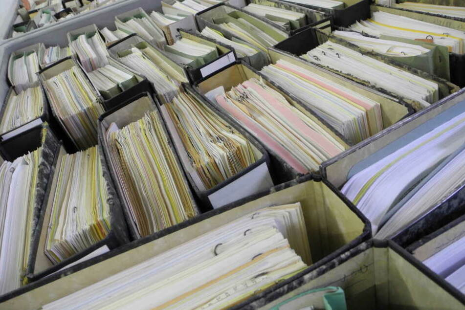 Mit Papieren gefüllte Aktenordner gehören in der NRW-Landesverwaltung noch zum Alltag (Symbolbild).