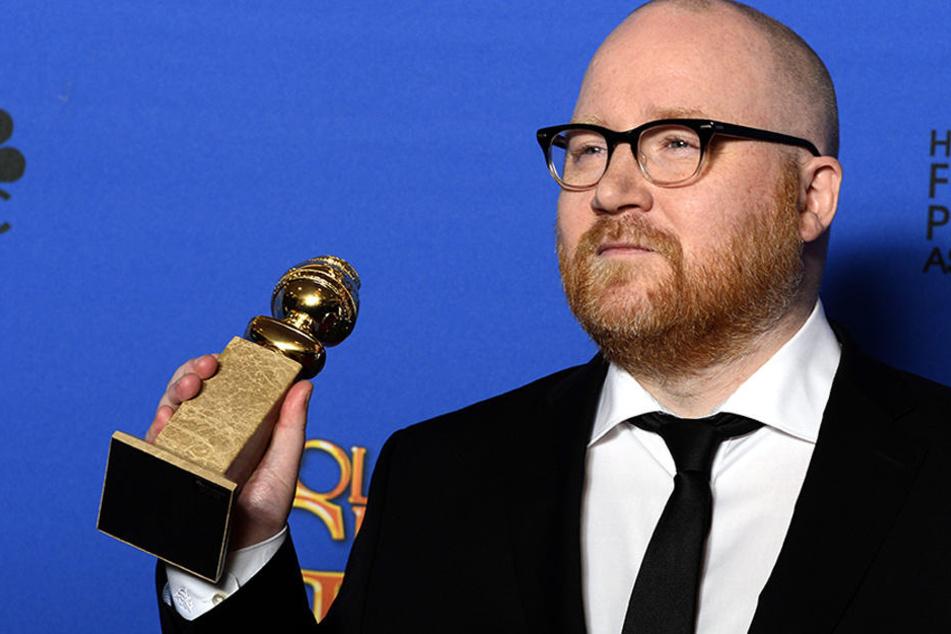 Der isländische Komponist Johann Johannsson zeigt bei der 2015er Golden Globe-Verleihung seine Auszeichnung in Los Angeles.