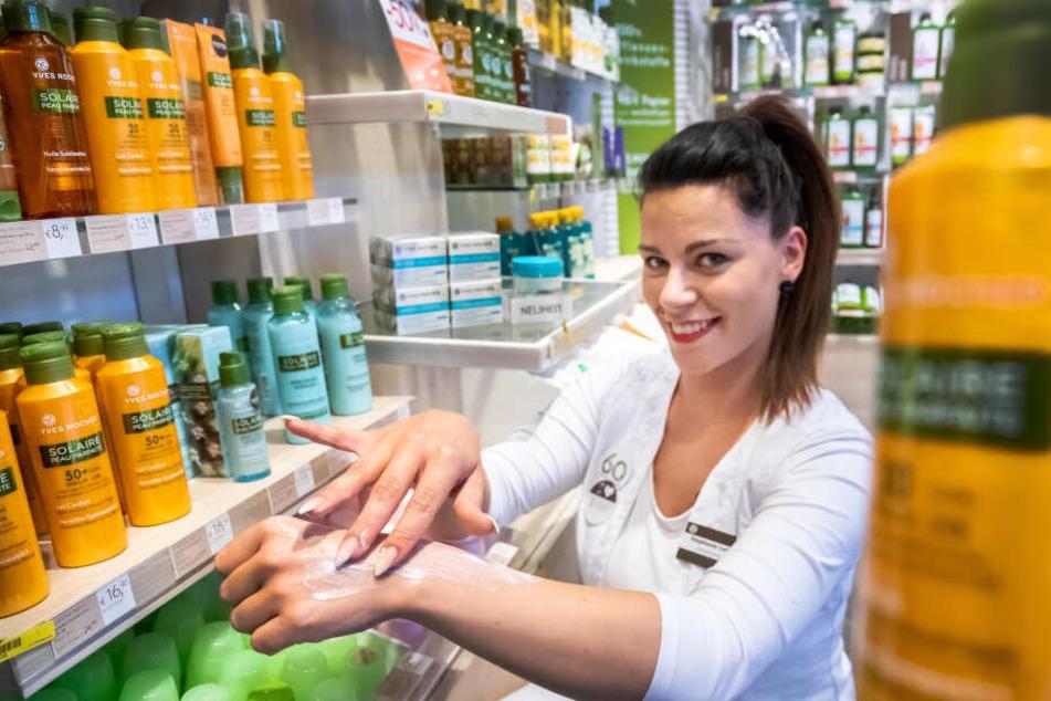 Sonnenschutz ist in Chemnitz schon im Winter sinnvoll, wissen Stephanie Loth (27) von Yves Rocher und viele Kunden.