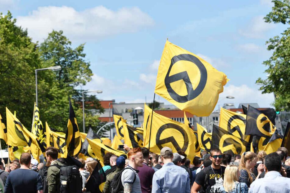 Anhänger der Identitären demonstrieren. (Archivbild)