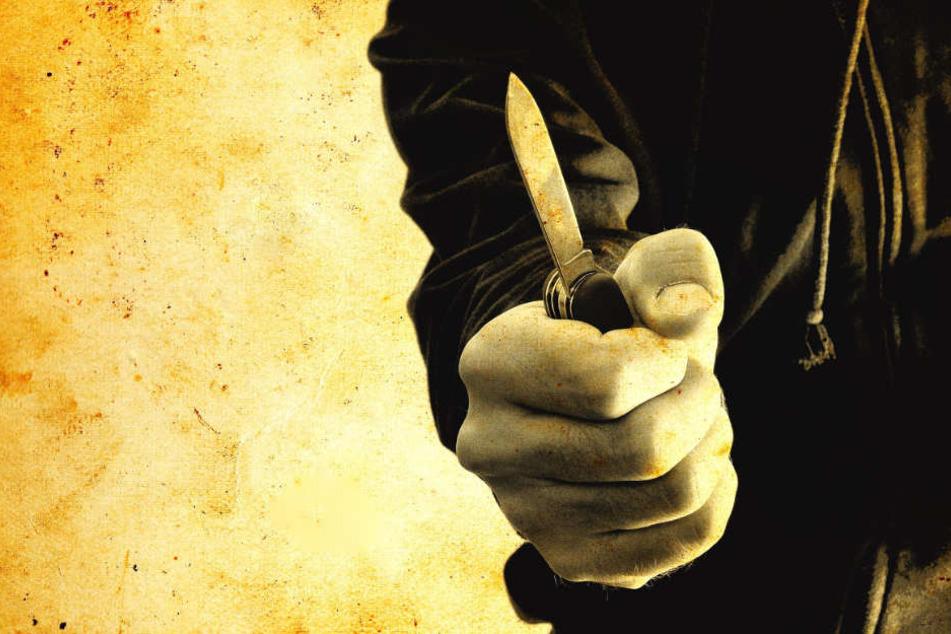Nach einem kurzen Streit zückte der 18-Jährige angeblich ein Messer und stach zu (Symbolbild).