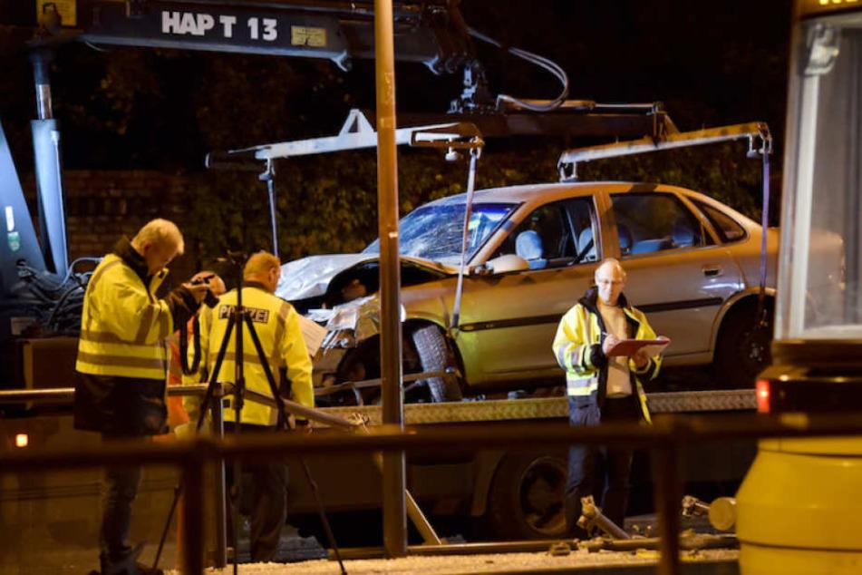 Der völlig demolierte Opel Vectra des Todesfahrers (25) wird abtransportiert.