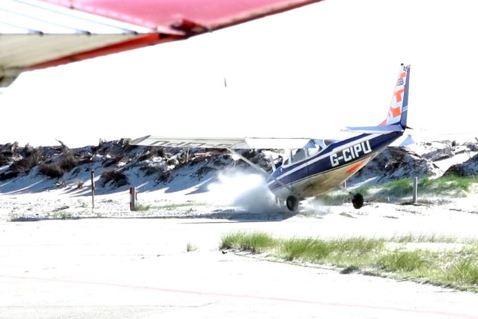 Ein Kleinflugzeug aus Großbritannien kommt bei einer missglückten Landung von der Landebahn ab.