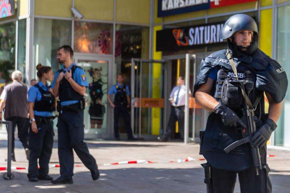 Schwer bewaffnete Polizisten sicherten den Bereich ab.