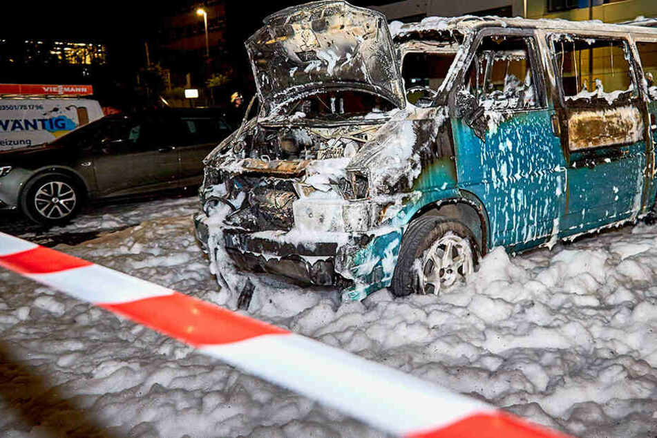 Mann lässt seinen VW-Bus an, doch plötzlich gibt es einen Knall und das Fahrzeug brennt aus