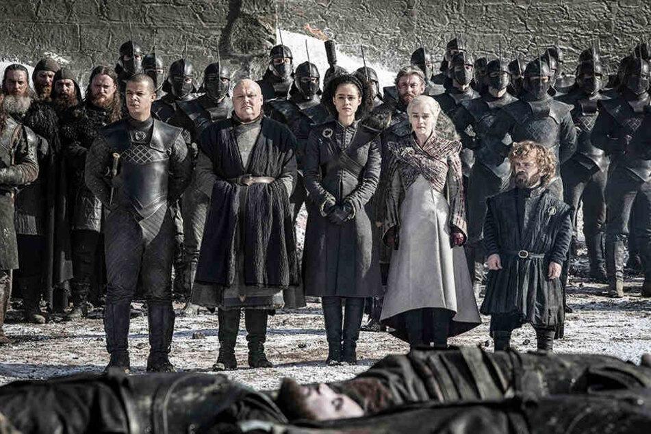 Auch Daenerys Targaryen (vorne, Zweite von rechts; Emilia Clarke) und ihre Freunde betrauern die vielen Verstorbenen.