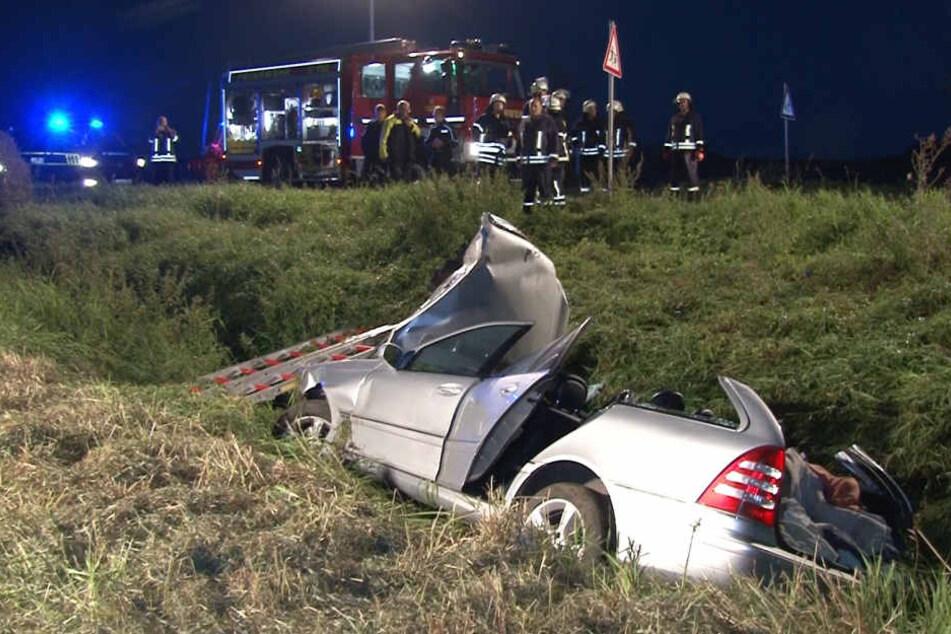 Die Feuerwehr hatte große Mühe die Frau aus dem Autowrack zu befreien.