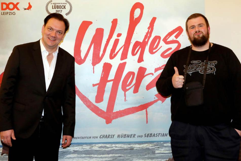 Charly Hübner (links) führte bei dem Film über die Band und Sänger Monchi Regie.
