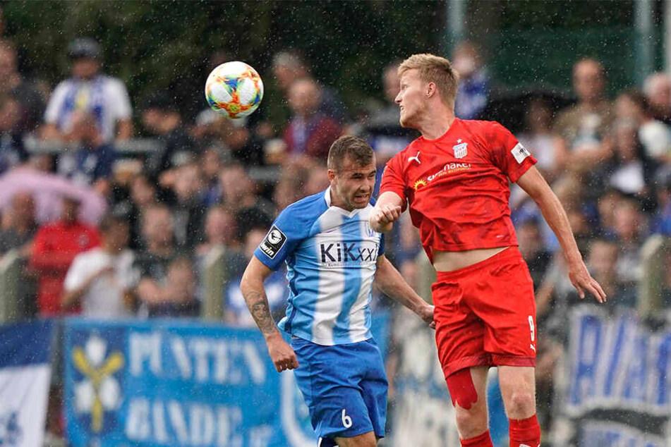 Gerrit Wegkamp (r.) springt höher als Meppens Marco Komenda und gewinnt auch dieses Kopfballduell.