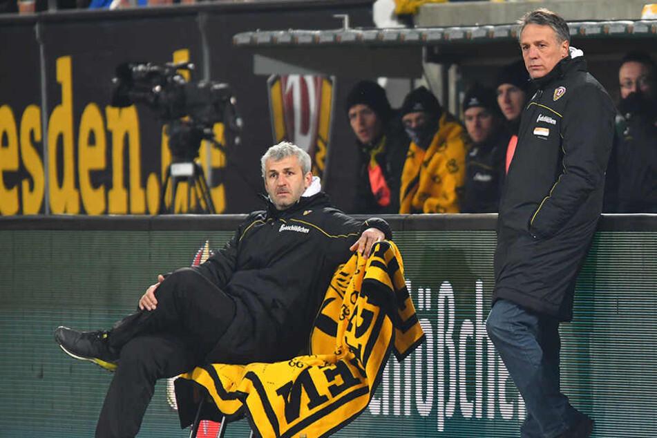 Blicke, die alles sagen! Dynamo-Coach Uwe Neuhaus (r.) und Co-Trainer Peter Nemeth konnten nicht fassen, was sie von ihrer Elf geboten bekamen.