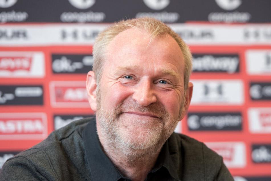 St. Paulis Sportchef Uwe Stöver hat nach seiner Vertragsverlängerung gut lachen.