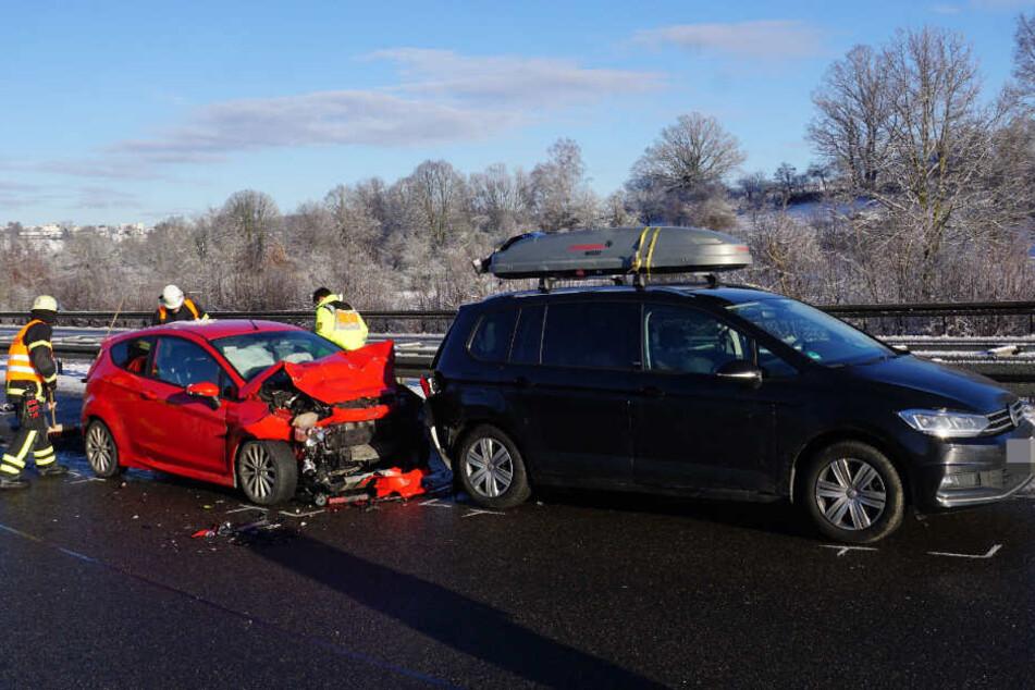 Der Ford (links) war dem VW ins Heck gerauscht. Vier Menschen kamen ins Krankenhaus.