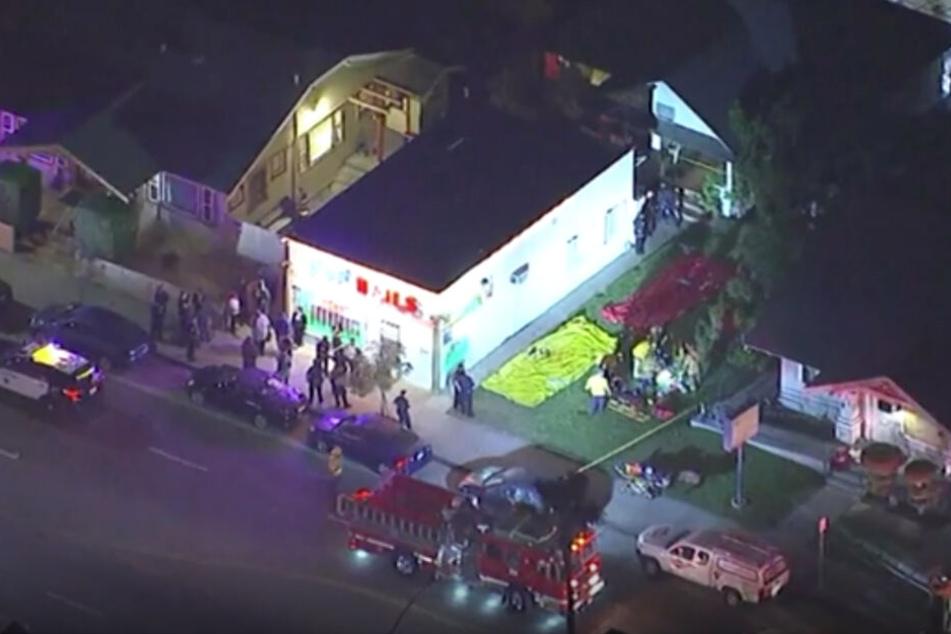 Dieses Videostandbild zeigt Einsatzkräfte der Feuerwehr und Polizei, die vor dem Tatort stehen, den Polizisten kurz zuvor weitläufig abgesperrt hatten.