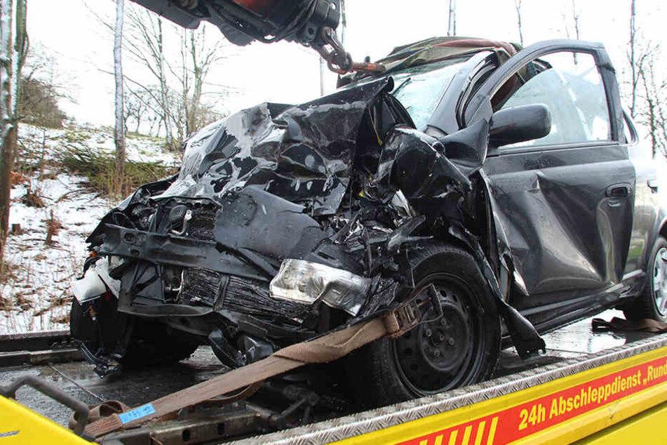 Heftiger Frontal-Crash nach Überholmanöver: Fahrer schwer verletzt
