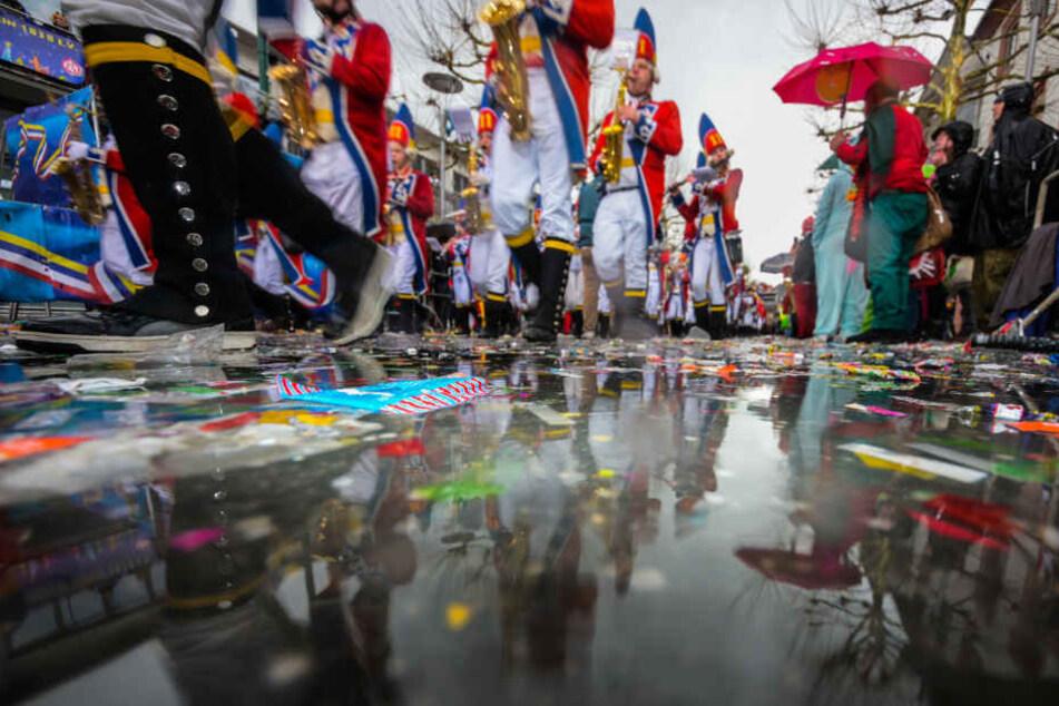 Mutmaßliche Rechtsextreme laufen bei Faschingszug mit: Die Kostüme haben es in sich