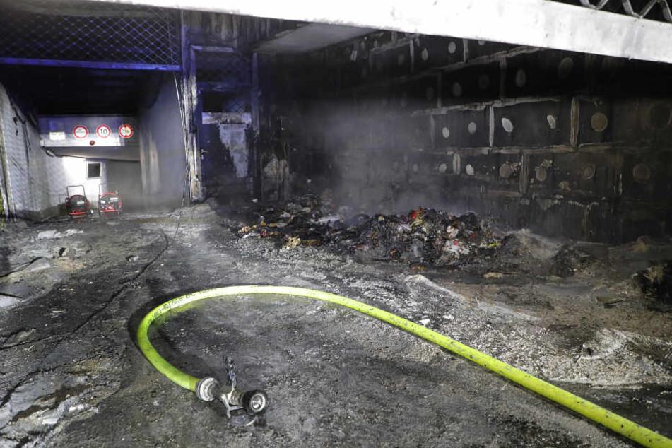 In Chemnitz wurde die Einfahrt einer Tiefgarage bei einem Brand schwer beschädigt.