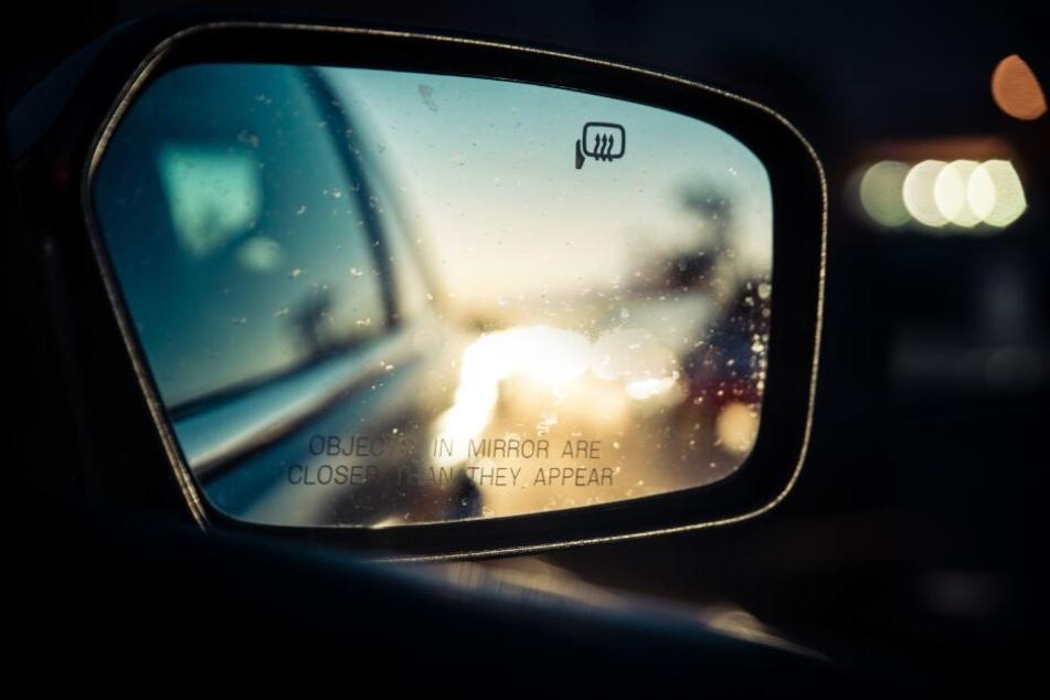 Der Lastwagenfahrer hat den Fußgänger im dunkeln übersehen. (Symbolbild)