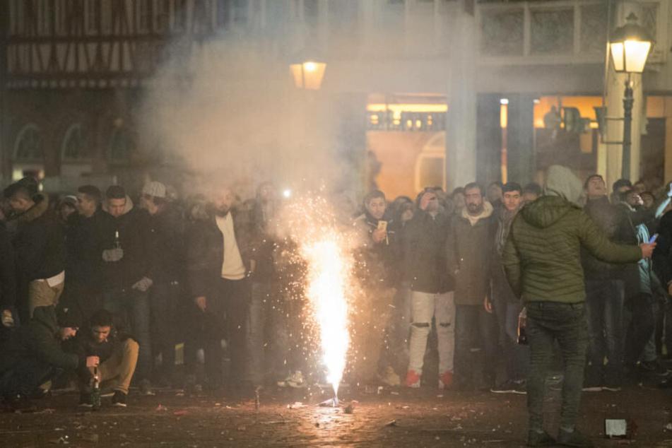 Menschen feiern in der Frankfurter Innenstadt Silvester.