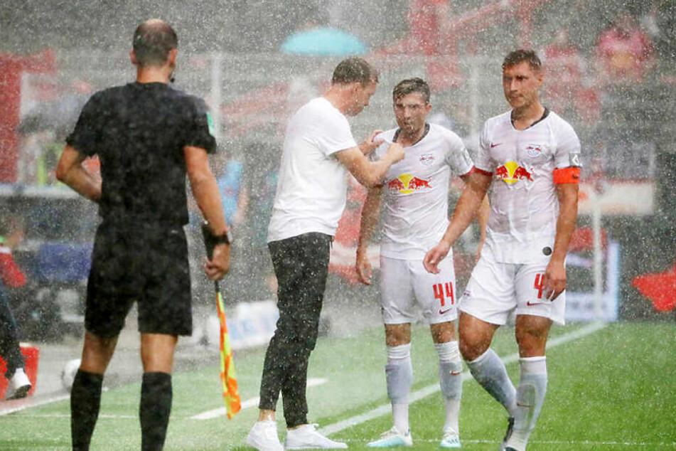 Ende der ersten Halbzeit hatte es begonnen, ein wenig zu regnen. Die Leipziger Offensivflamme erlosch deshalb aber nicht.