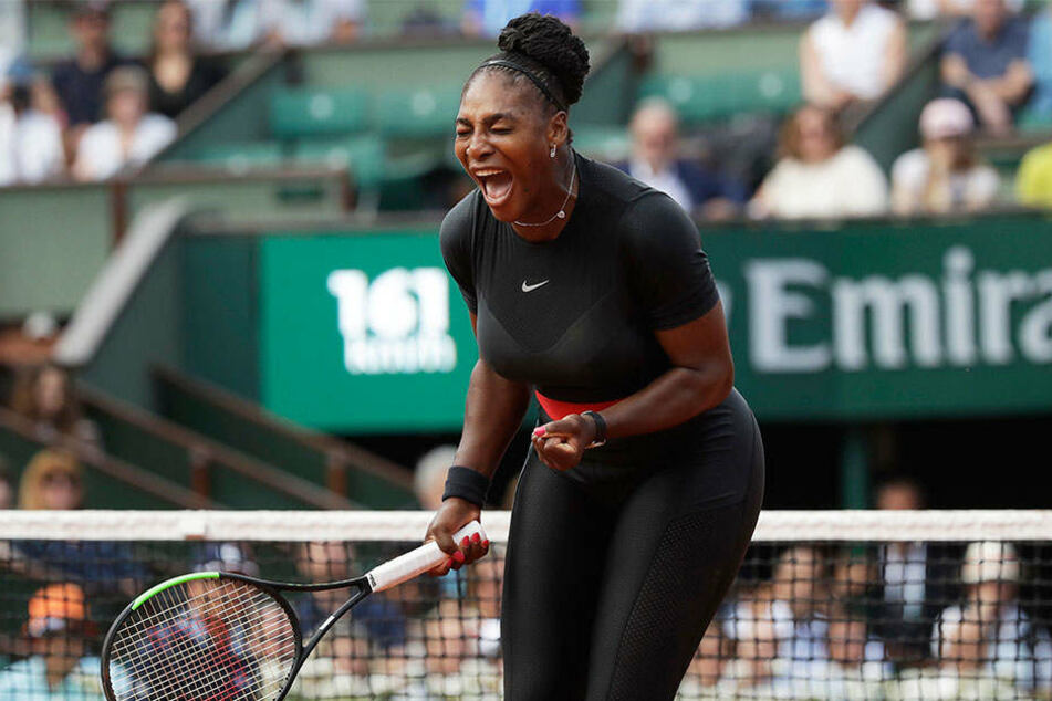 Raus mit der Freude! Serena Williams (36) glücklich über ihren Erstrunden-Erfolg.