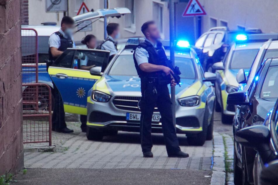 Einsatzkräfte der Polizei beim Einsatz in Pforzheim, nachdem Hinweise auf mögliche Schüsse eingegangen sind.