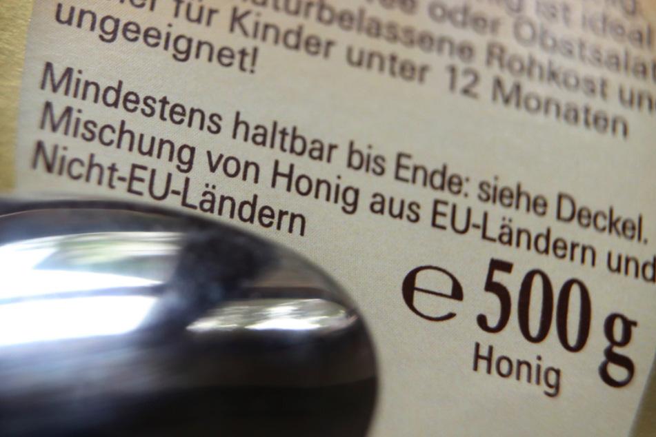 """Auf der Rückseite eines Honigglases steht """"Mischung von Honig aus EU-Ländern und Nicht-EU-Ländern"""" zu lesen."""
