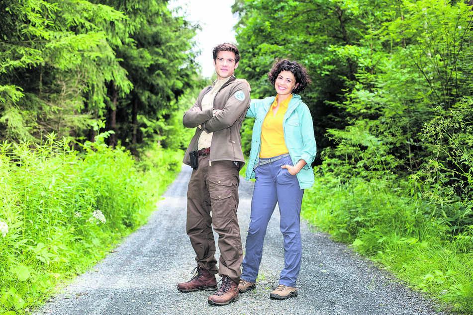 """Schauspieler Philipp Danne (35) macht derzeit wieder als """"Der Ranger"""" Jonas Waldek mit Kollegin Liza Tzschirner (33) die Sächsische Schweiz unsicher."""
