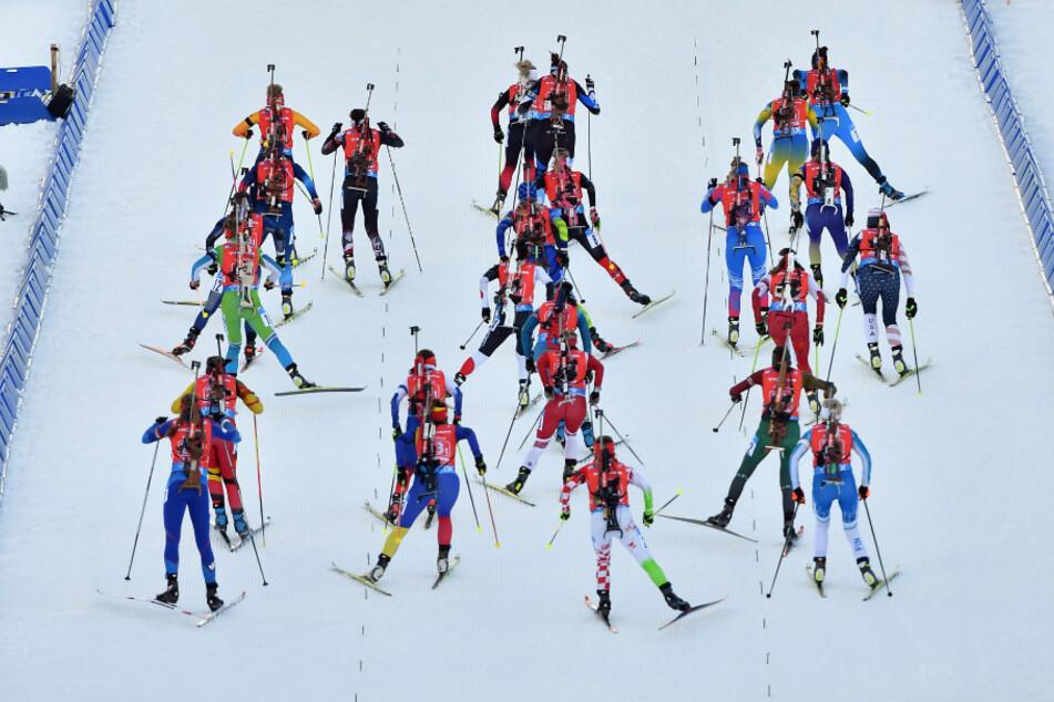 Beim Biathlon-Weltcup hat es vier neue Corona-Fälle gegeben. Athleten sind aber nicht betroffen, heißt es.
