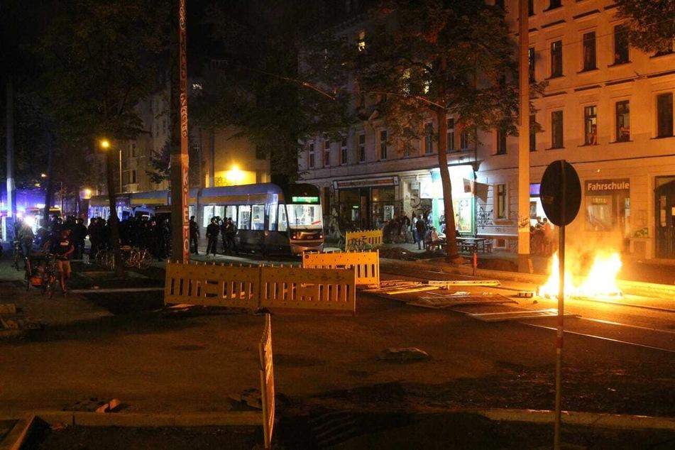 Barrikaden wurden zerstört und angezündet, eine Straßenbahn an der Weiterfahrt gehindert.