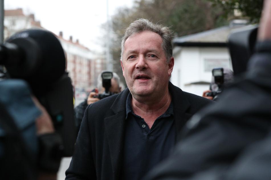 Piers Morgan spricht zu Reportern vor seinem Haus in Kensington im Zentrum Londons.