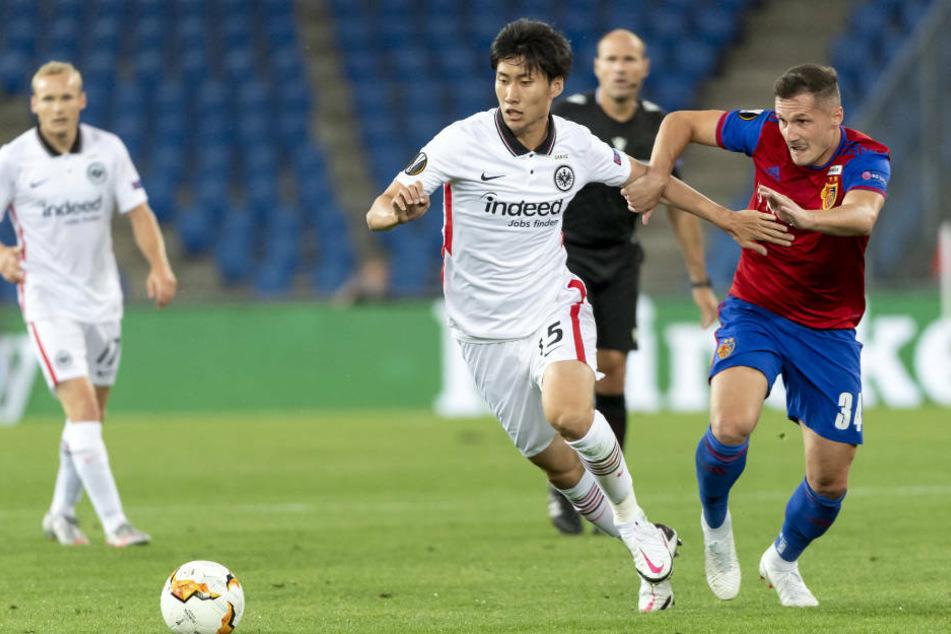 Daichi Kamda von Eintracht Frankfurt wird von Basels Taulant Xhaka attackiert.