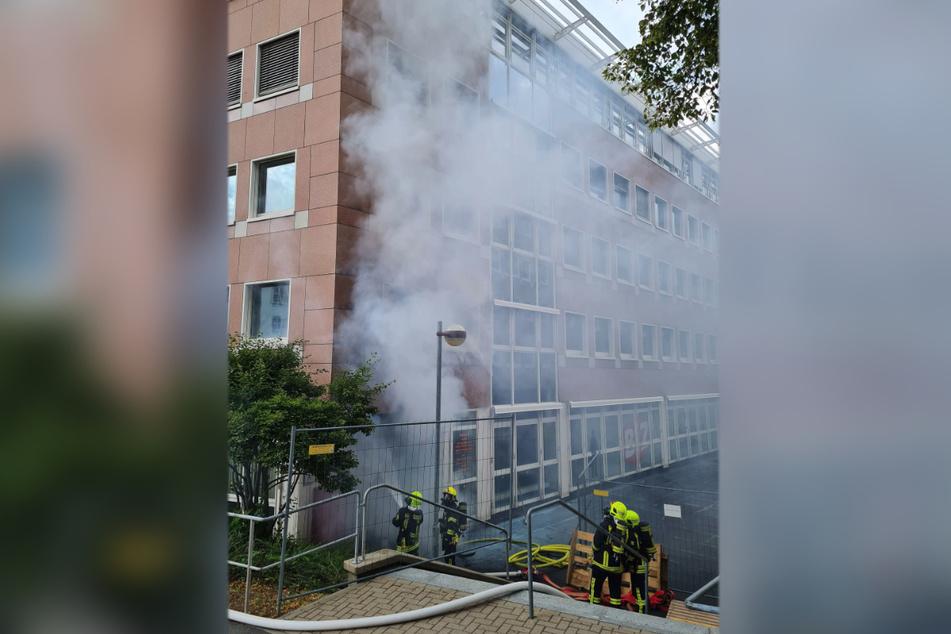Rauch stieg am Montagnachmittag aus der Agentur für Arbeit in Annaberg-Buchholz. An einem Nebeneingang brach ein Brand aus.