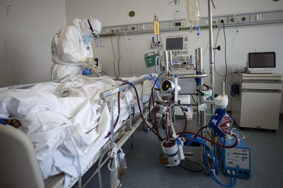 Ein Arzt in Wuhan kümmert sich auf einer Intensivstation um einen Covid-19-Patienten (Symbolbild).
