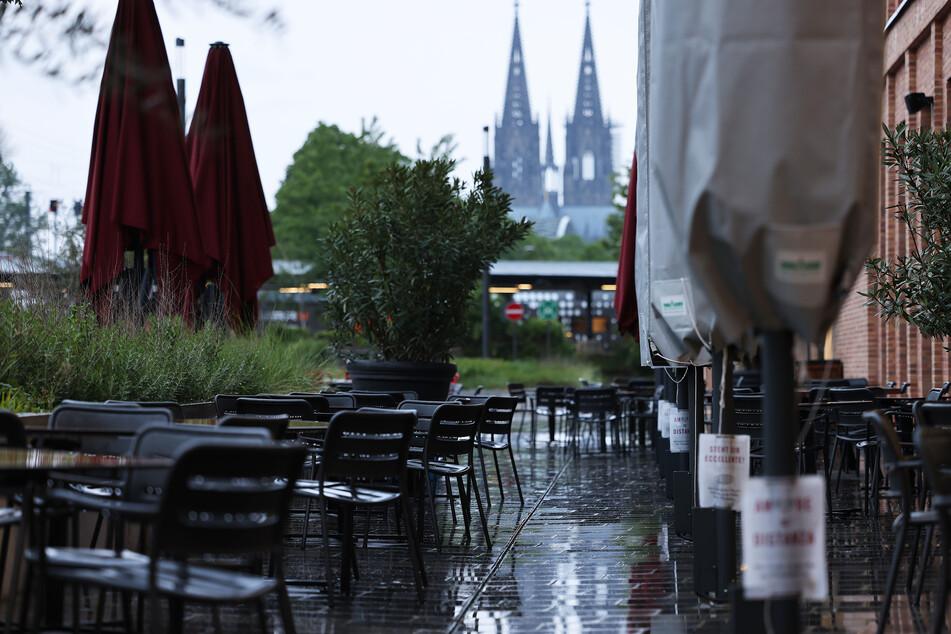 Pläne für Außengastronomie drohen in Köln auch in den kommenden Tagen ins Wasser zu fallen.