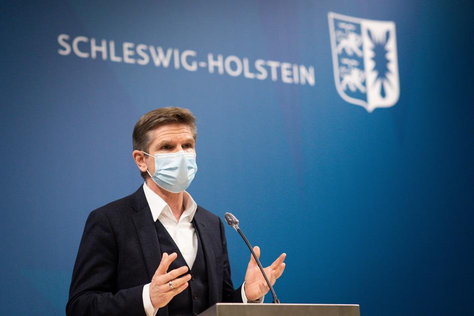 Heiner Garg (54, FDP), Gesundheitsminister von Schleswig-Holstein, spricht auf einer Pressekonferenz zur geplanten Verlängerung des Lockdowns bis Ende Januar im Foyer des Landeshauses in Kiel.