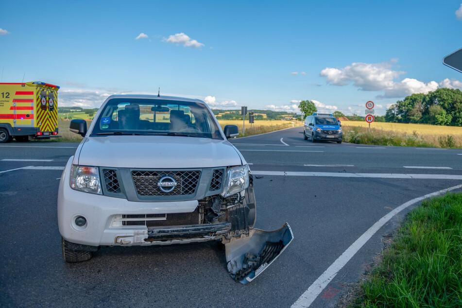 Die Stoßstange des Nissan wurde bei dem Crash teilweise abgerissen.