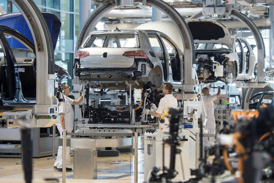 Kurz vor Produktionsende brummt der Laden noch einmal richtig: e-Golf-Montage in der Gläsernen Manufaktur.