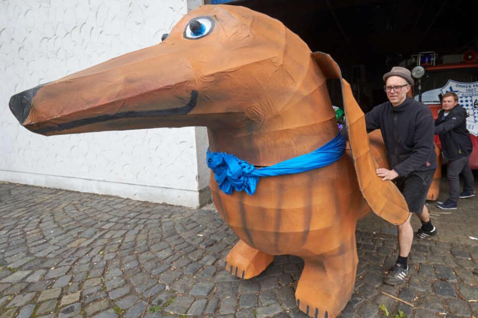 Ein riesiger Karnevals-Dackel hat in Passau bald ein neues Zuhause.