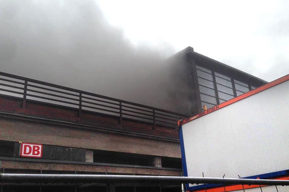 Aus dem oberen Bereich des Bahnhofs kam dichter Rauch.
