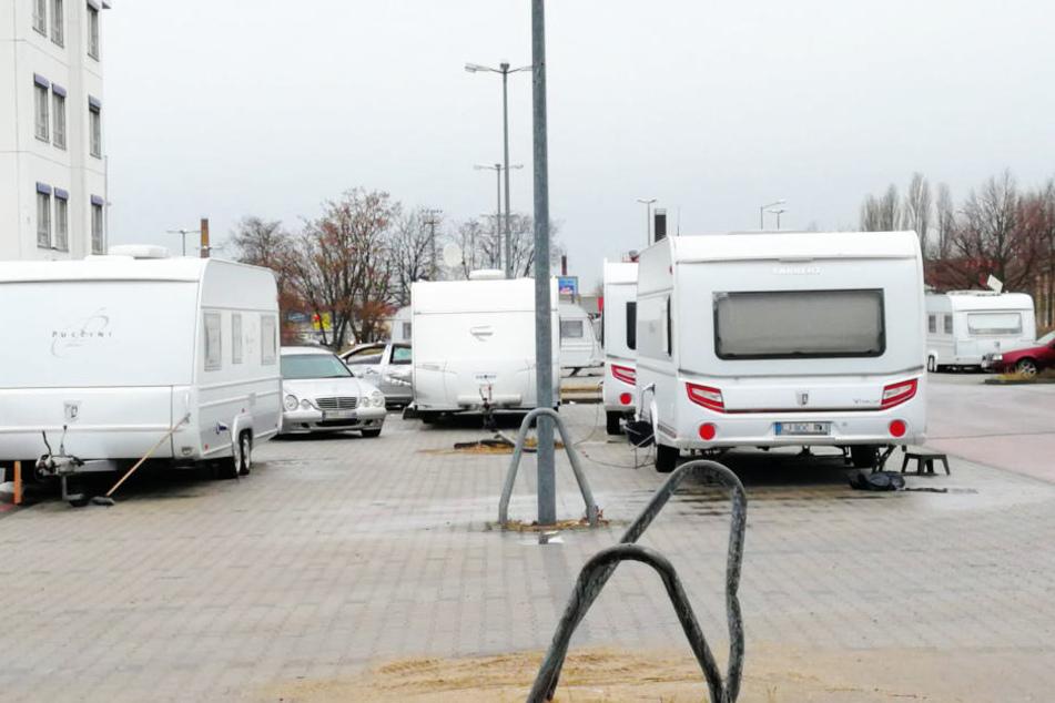 Ingesamt acht Wohnwagen wurden auf dem Parkplatz des ehemaligen Praktiker-Markts an der B87/B181 abgestellt.