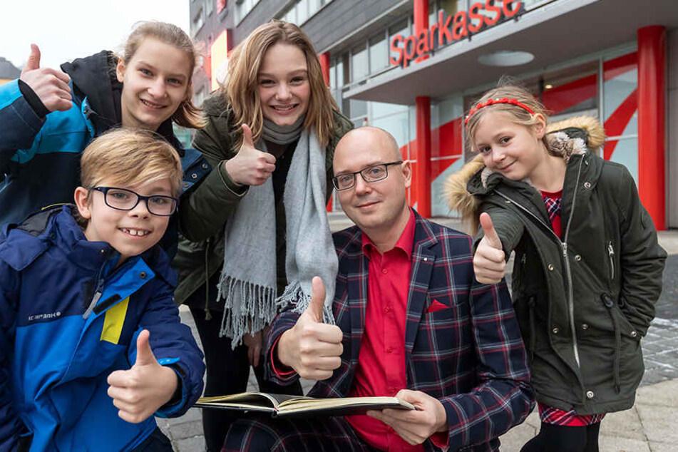 Moritz, Lina, Jolie und Luisa (v.l.) träumen von einer Rolle im Film der Sparkasse. Unternehmenssprecher Sven Mücklich (43) drückt allen die Daumen.