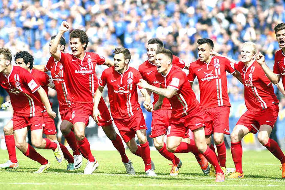Im Mai 2016 feierten Liridon Vocaj (M.) und Ioannis Karsanidis (3.v.r.) mit Würzburg den Aufstieg in die 2. Bundesliga. In der Relegation hatte sich das Team gegen Zweitligist Duisburg durchgesetzt.