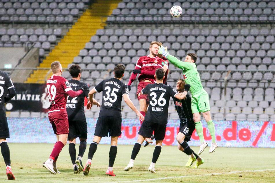 Nach einer Ecke von Marvin Stefaniak (25) kommt Münchens Torhüter René Vollath (30, r.) zwar zu spät, Pascal Sohm (29) köpft die Kugel allerdings aufs Tordach.