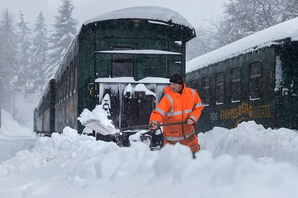 Der Betrieb der Fichtelbergbahn ist eingestellt. Andreas Deutscher (46) hält im Bahnhof Oberwiesenthal die Weichen frei.