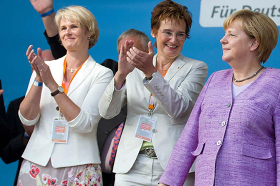 Die CDU-Bundestagskandidatinnen Anja Karliczek (l) und Sybille Benning (M) und Bundeskanzlerin Angela Merkel (r) bei einer Wahlkampftour.