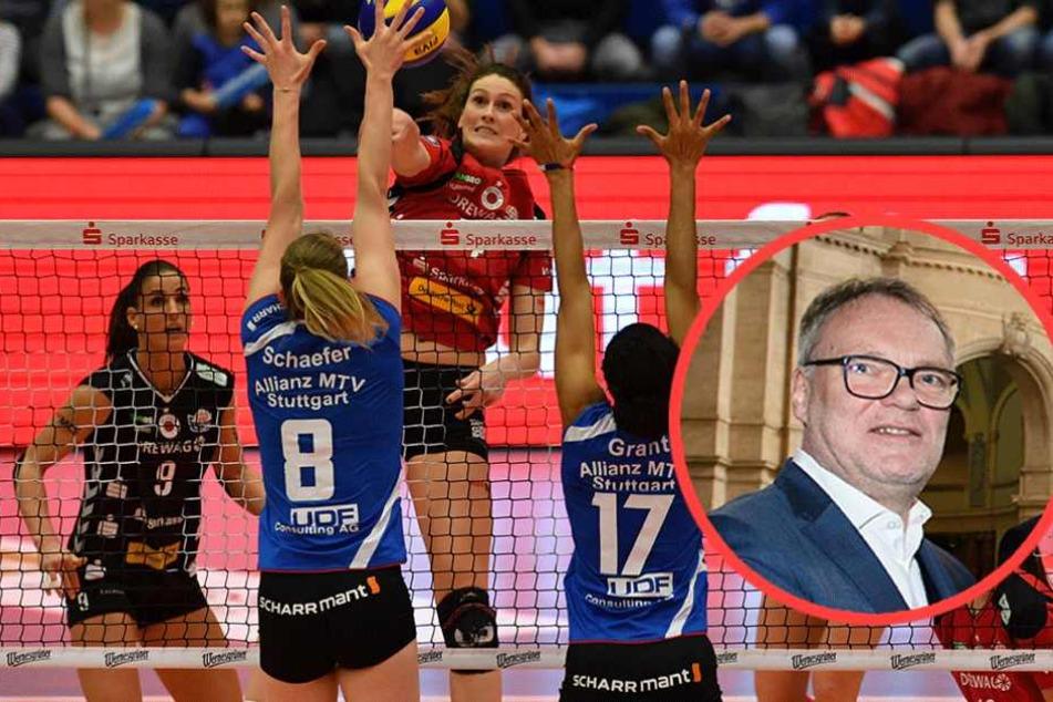 VBL-Boss Klaus-Peter Jung (kl.F.) erklärt die Regeländerung im Meisterschaftsmodus der Volleyball-Bundesliga.
