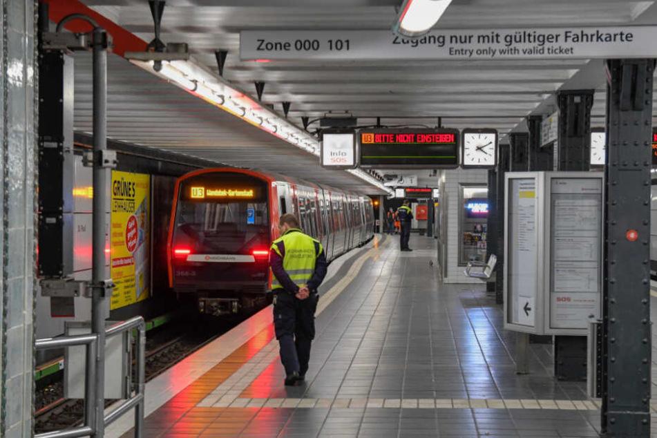 Der U-Bahnsteig war verlassen. Lediglich Mitarbeiter der Hochbahn sicherten den Unglücksort ab.